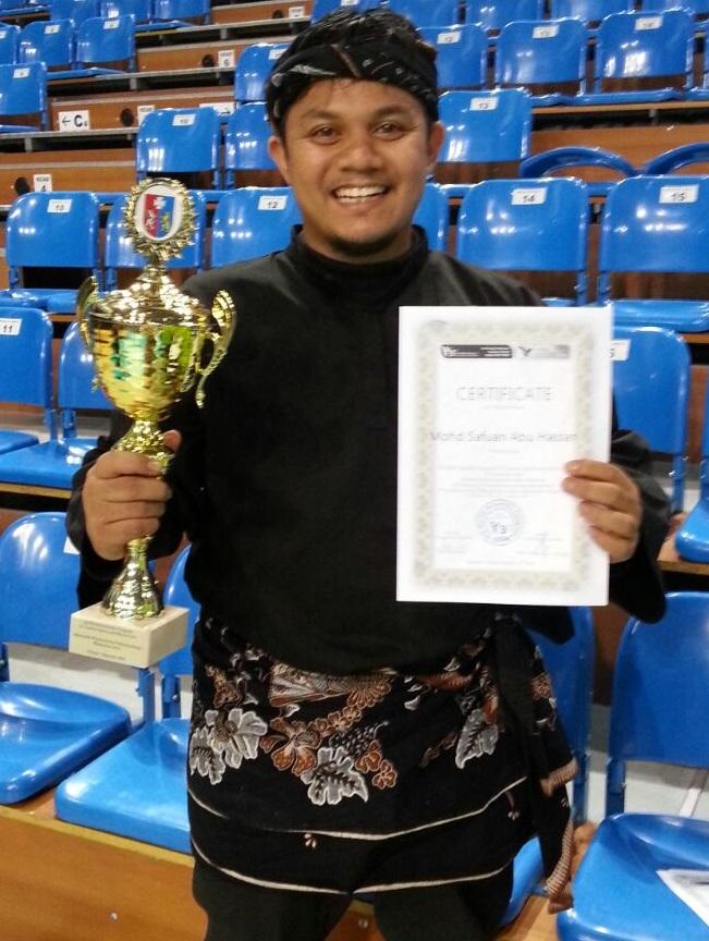 Cikgu Safwan bergambar bersama piala kemenangan.