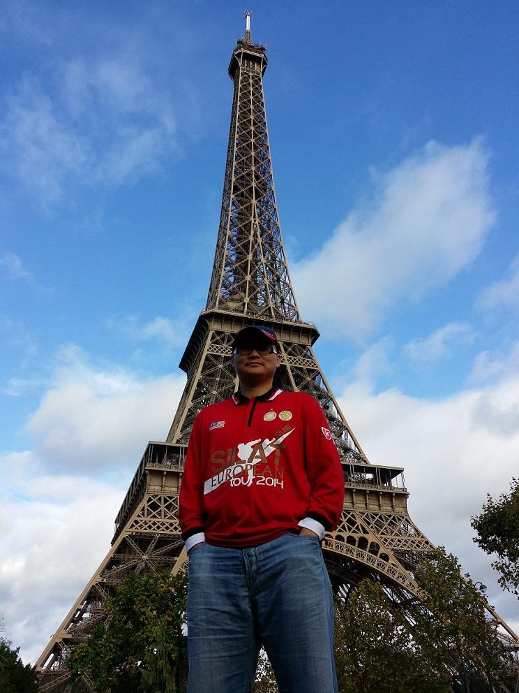 Guru Dr. Nizam bergambar di Manara Eiffel sebelum melihat persembahan silat para delegasi Malaysia di kawasan tersebut.