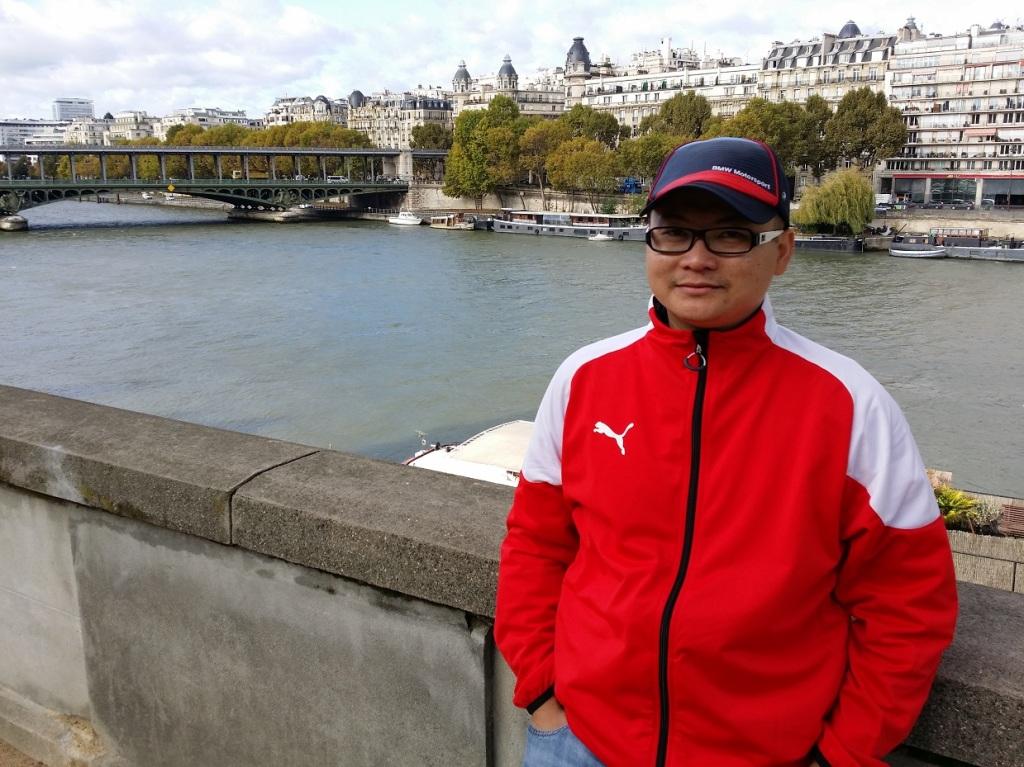 Dr Nizam bergambar di Sungai Seine