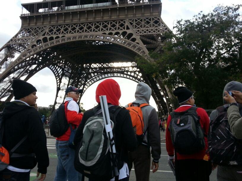 Para delegasi Malaysia berjalan-jalan di bandar Paris